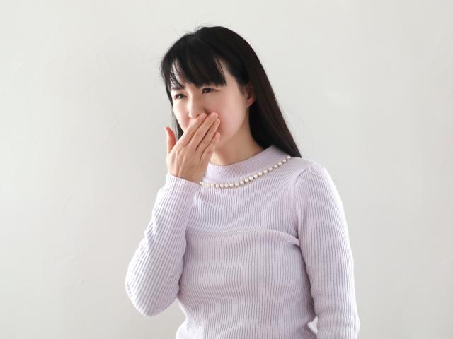 馬車道アイランドタワー歯科|ブログ|ほうれん草を食べると歯がきしむのは何故?|歯のきしきしを気にする女性の画像