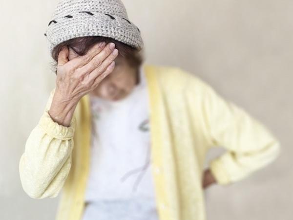 馬車道アイランドタワー歯科|ブログ|「健康で長生き」には不可欠!オーラルフレイルって何?|疲れて腰に手を当てる女性の画像